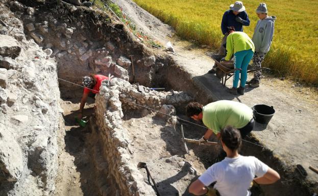 Varios arqueólogos trabajando en el interior del yacimiento durante los últimos días de campaña./PROYECTO BRAVUM