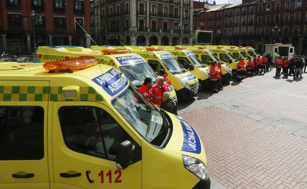 Ambulancias aparcadas en una plaza./Archivo