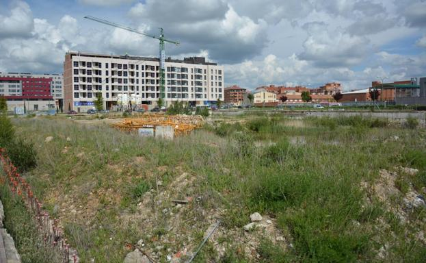 La parcela lleva años esperando la construcción de los nuevos edificios/BC