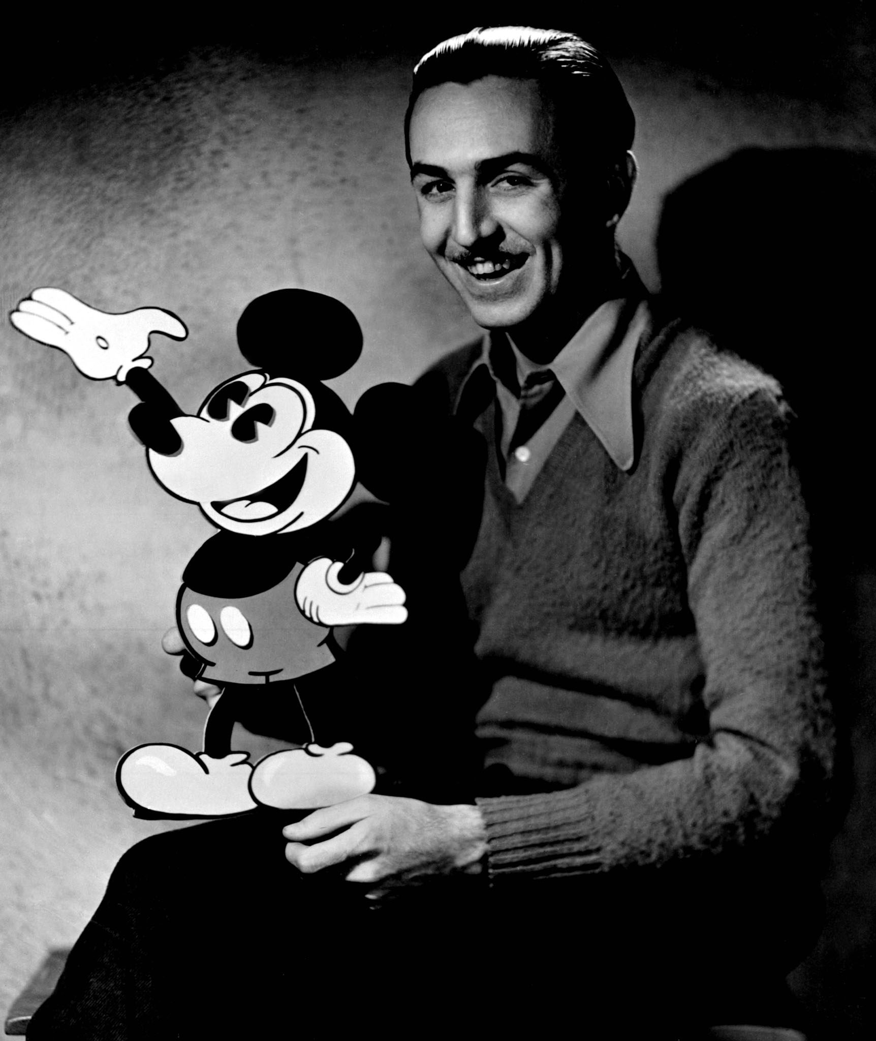 Walt Disney, junto a Mickey Mouse.