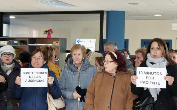 Un grupo de usuarios se ha quedado protestando en el interior del centro de salud