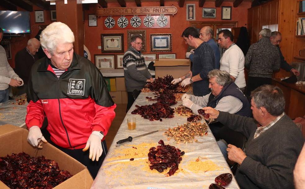 Los cofrades preparan las guindillas para echarlos este viernes a las cazuelas./CC