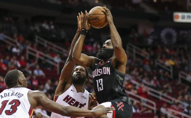 James Harden entra a canasta. /Troy Taormina-USA TODAY Sports