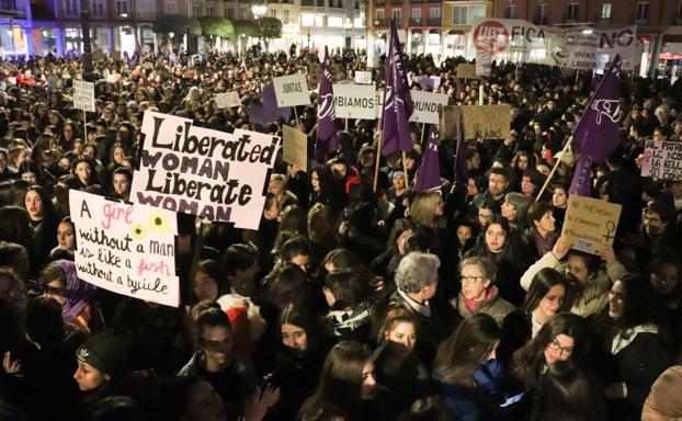 Los manifestantes apenas han cabido en la Plaza Mayor. /GIT