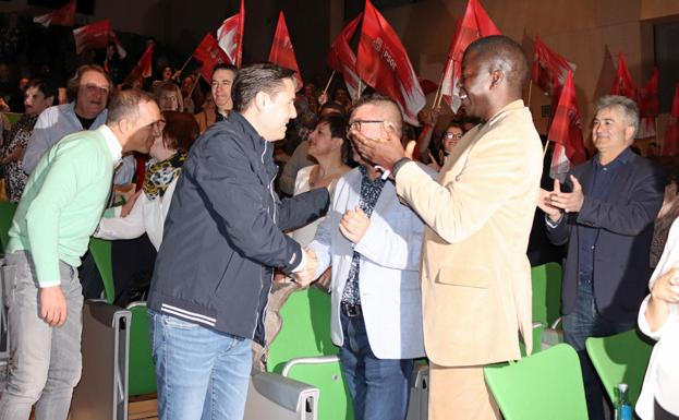 El candidato socialista a la alcaldía de Burgos, Daniel de la Rosa, saluda a Antonio Grijalba antes de iniciarse la presentación de la candidatura./Ismael del Álamo