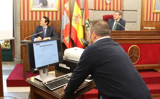 En primer plano, el concejal socialista Óscar González realiza el sorteo de las mesas./CC