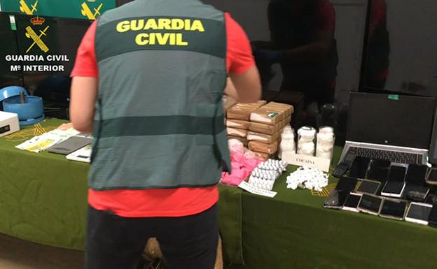Drogas y objetos intervenidos por la Guardia Civil. /Guardia Civil