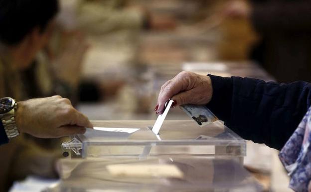 Una mujer vota en las elecciones generales de 2015. /J. D.-EFE
