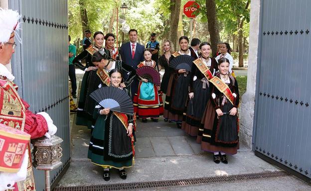La Corte Real de los Sampedros 2019 junto al alcalde, Daniel de la Rosa, y la concejala de Ferstejos, Blanca Carpintero/IAC