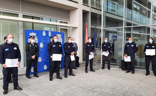 Los vigilantes de seguridad con sus diplomas. /BC