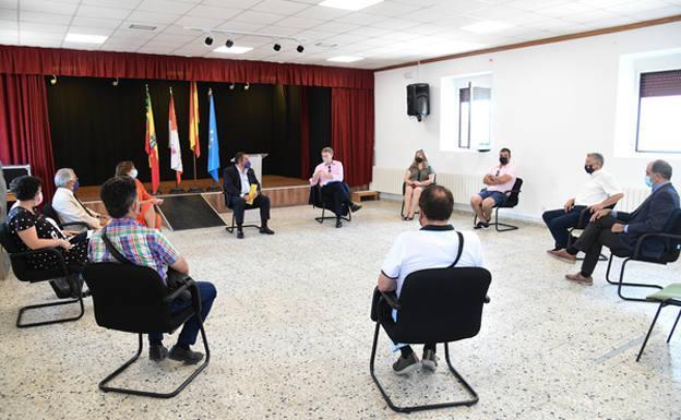 Reunión de los senadores con los alcaldes de los ayuntamientos populares situados en la futura A-12 Camino de Santiago. /BC