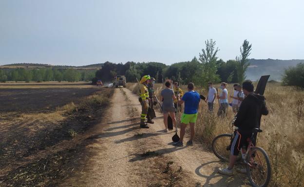 Varios bomberos agradecen la labor de un grupo de jóvenes, que participó en la extinción de las llamas.